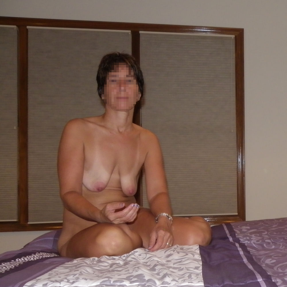 Bed in nude wife cochonne
